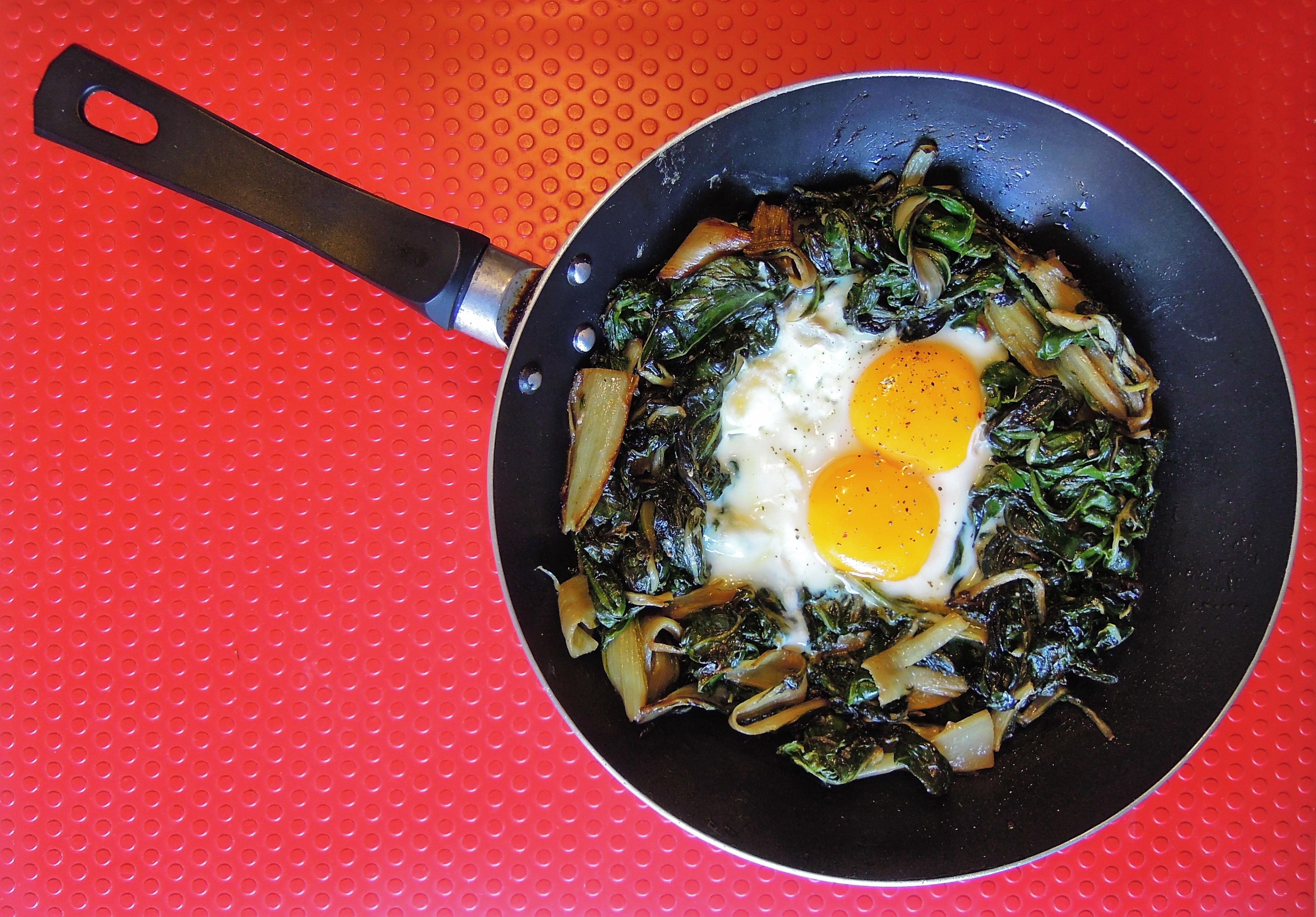 Bietola e uova in padella giovanni odino - Cucinare le uova ...