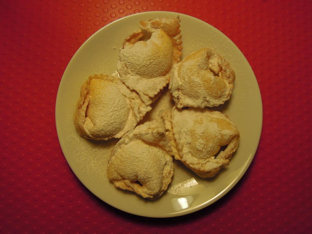 Tortelloni fritti ripieni di crema.